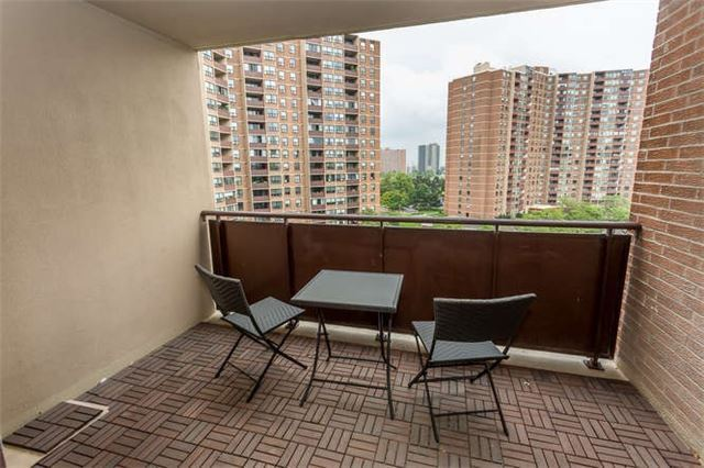 Fully Upgraded 2 B/R+ Den, 2 W/R Condo At The West Mall/Burnhamt, Etobicoke, Ca
