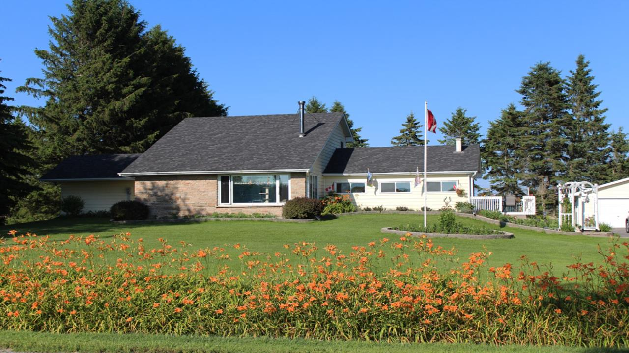 Want to live near Lake Ontario? Country Living at its best!!!