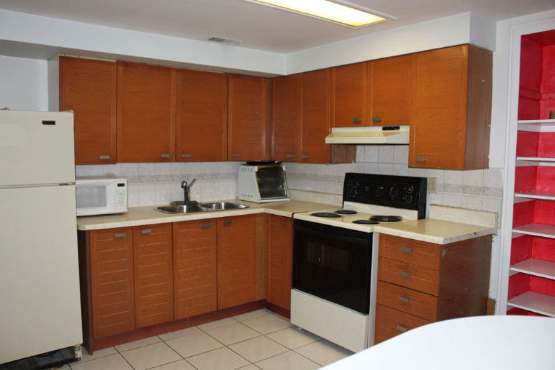 HUGE 1Br basement Apartment - Sep Entrance & Wifi - Trinity Mall