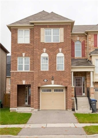 Gorgeous Freehold End Unit Townhome In Brampton