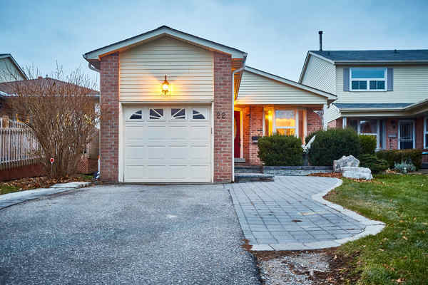 Lovely Detached Bungalow W/3 Car Parking In Central Ajax / Perfe