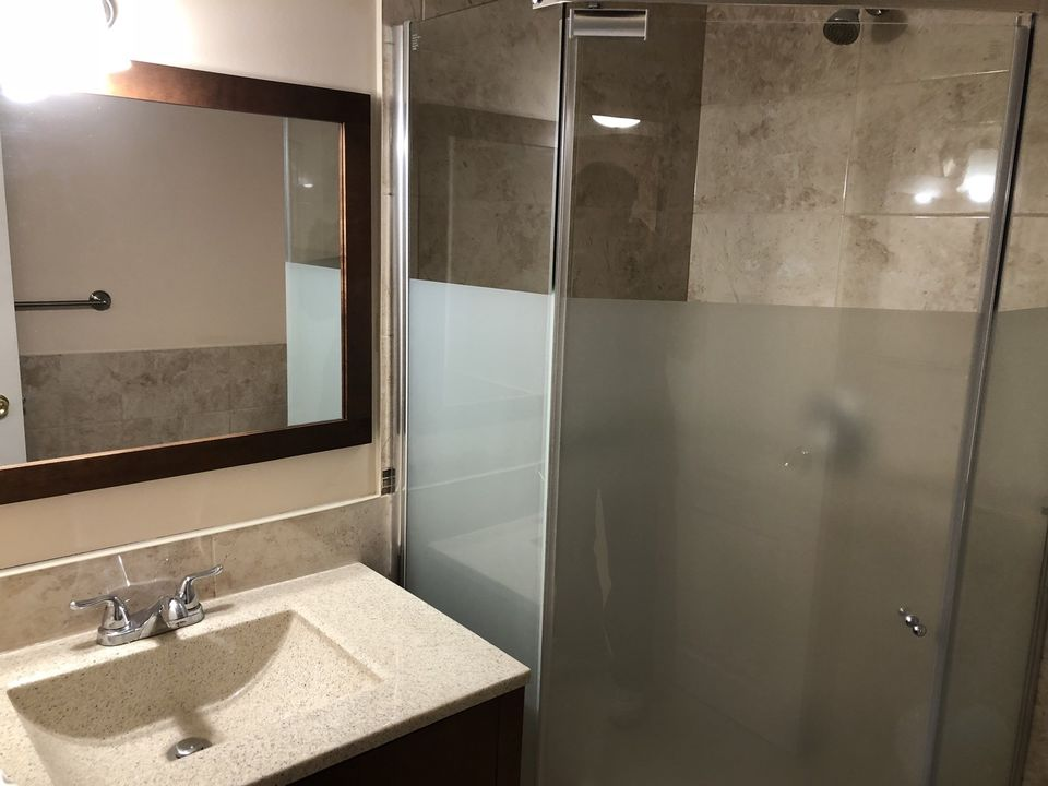 Dufferin And Wilson - Yorkdale Mall - Bachelor Basement Apt. , Toronto, Ca