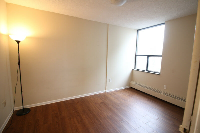 Room for rent next to Davisville station - Toronto