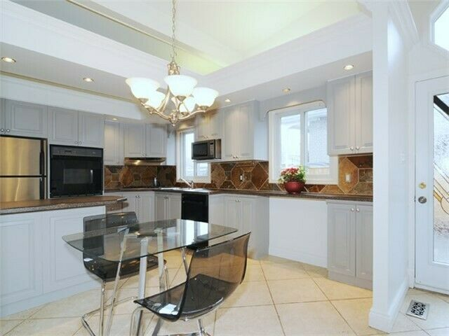 20 Mins to Union, Steps to Lake & 401, 4BR, 2bath, Full house