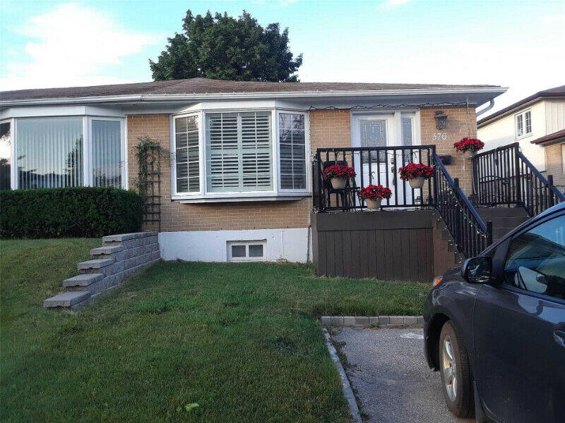 Semi-Detached Home 4+1 Bed / 3 Bath In An Ideal Mississauga