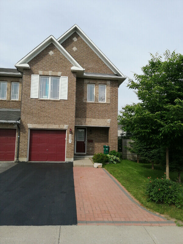 4-bds/2.5 bths end-unit townhome for rent in Barrhaven - Aug 1st
