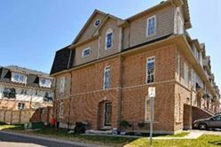 Corner unit Townhouse for sale in Ajax